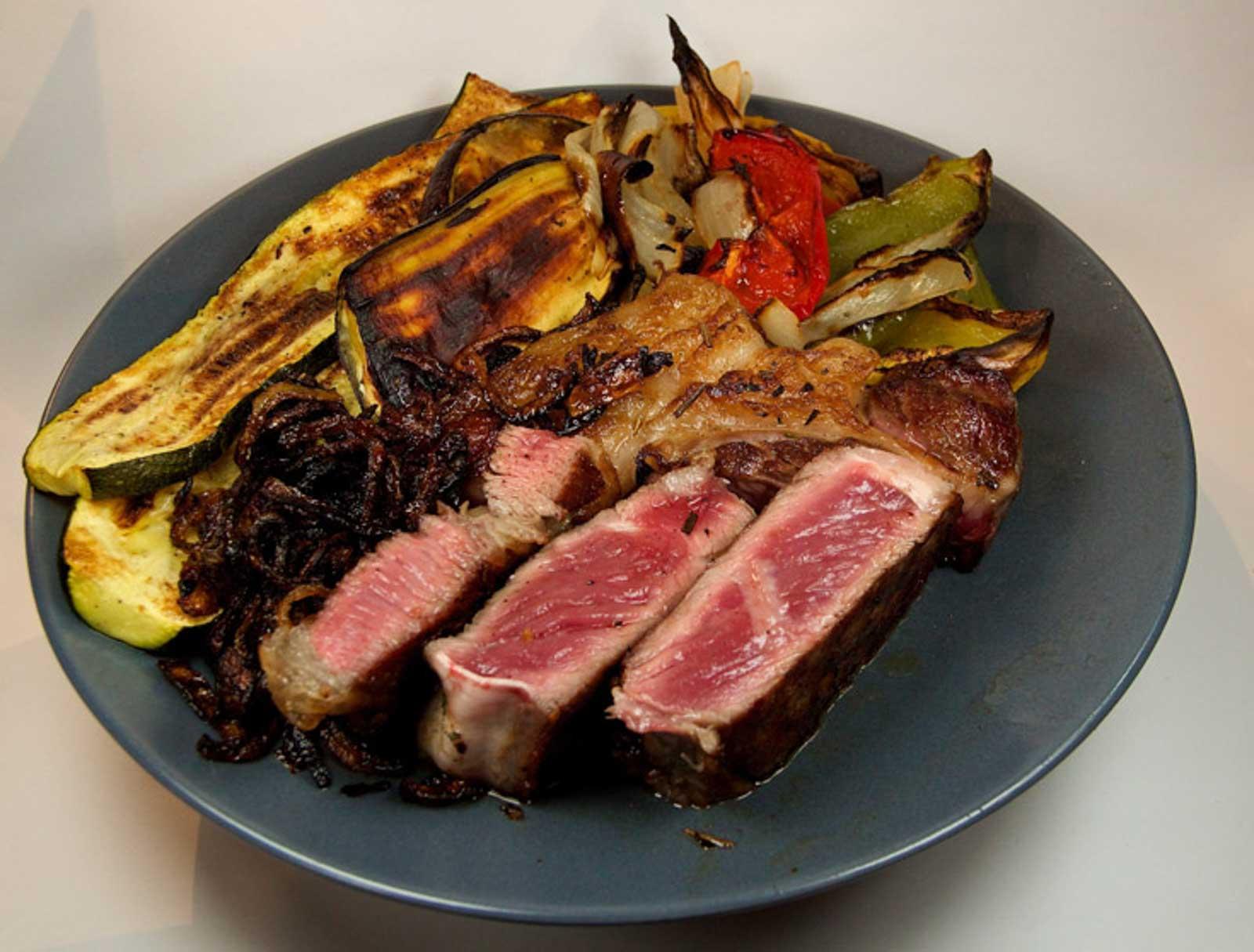 Entrecôte oder Steak mit Gemüse und RöstzwiebelnPrint recipe Entrecôte mit Gemüse und Röstzwiebeln Zutaten