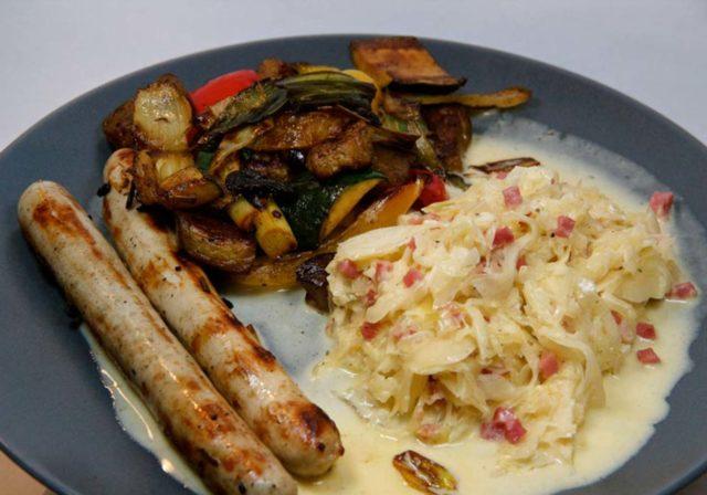 Bratwürschtl mit Sahne-Sauerkraut und Gemüse – Low Carb