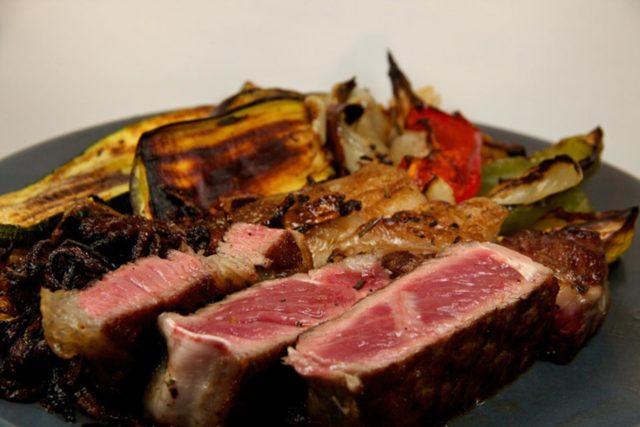 Steak mit Gemüse und Röstzwiebeln – Low Carb