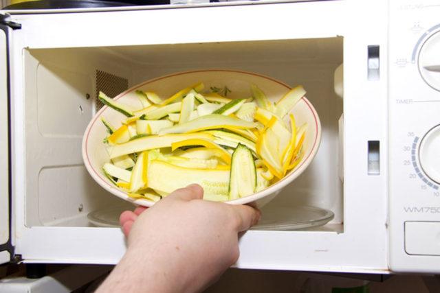 Zubereitung Zucchininudeln in der Mikrowelle