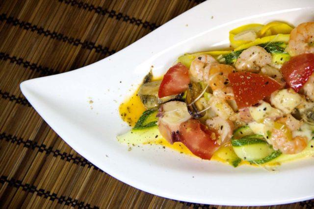 Meeresfrüchte mit Zucchinibandnudeln Low Carb