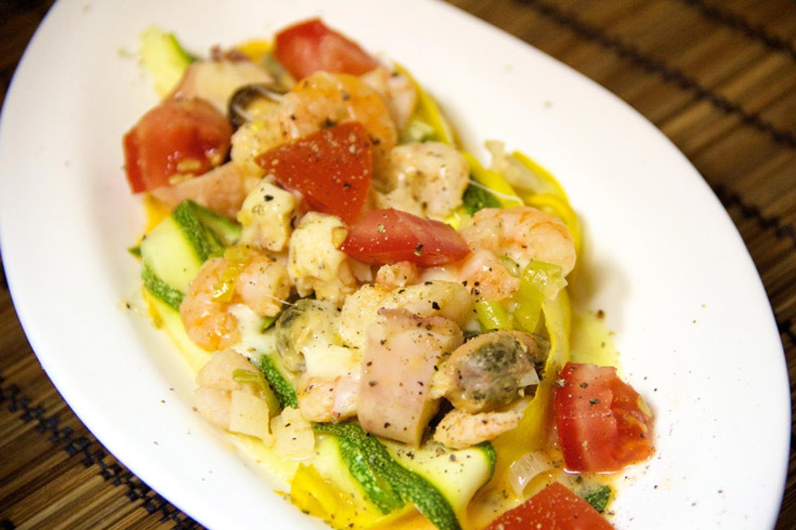 Low Carb Meeresfrüchte mit Zucchinibandnudeln - glutenfrei