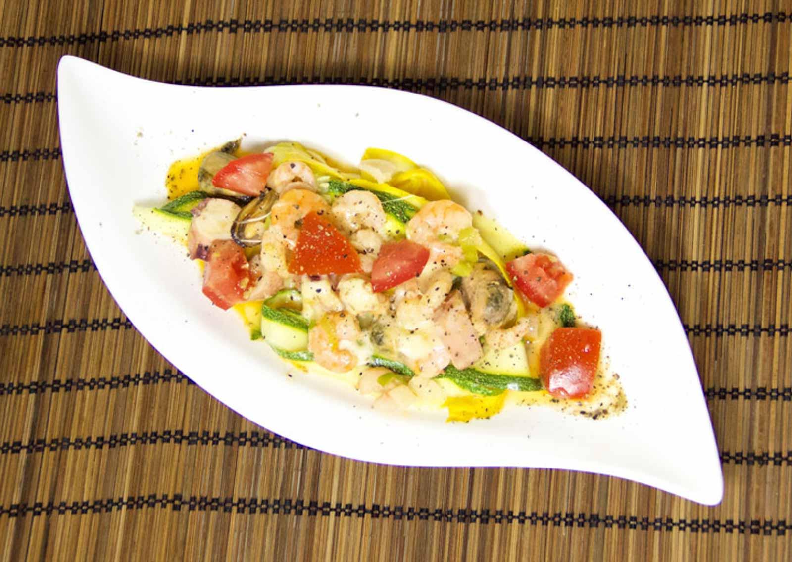 Low Carb Meeresfrüchte mit Zucchinibandnudeln