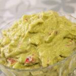Guacamole Rezept Avocado Creme Low Carb - Guacamole war der Dip, welcher uns beigebracht hat, dass Avocado doch schmeckt. Das tollte daran, Guacamole ist per se schon Low Carb und darf seitdem bei keiner Grillparty mehr fehlen!