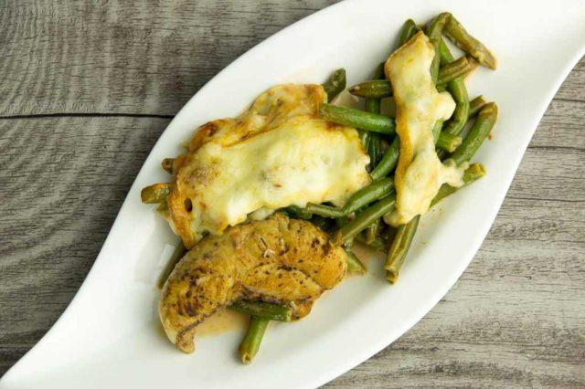 Hähnchenfilet mit Bohnen und Raclette Käse – Low Carb