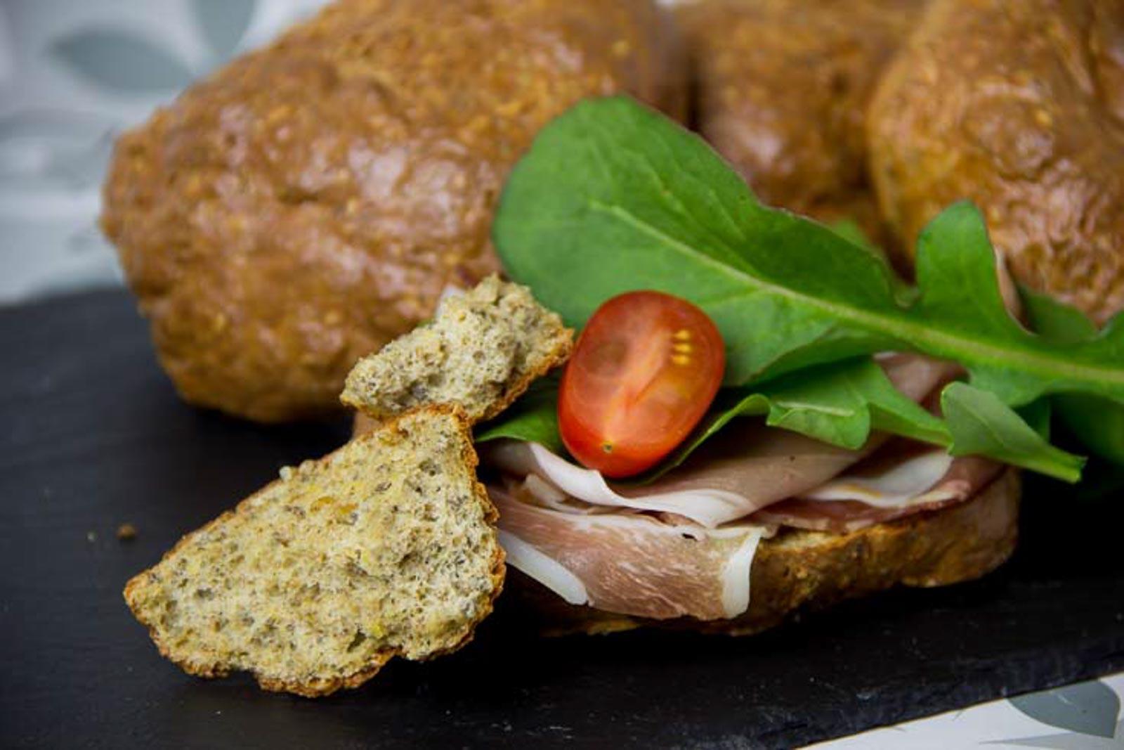Eiweißbrötchen mit Chia Samen – Low Carb Semmel – glutenfrei