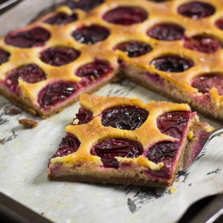 Pflaumenkuchen mit 2 Böden Low Carb Rezept und glutenfrei ohne Zucker und ohne Mehl vom Blech salala.de