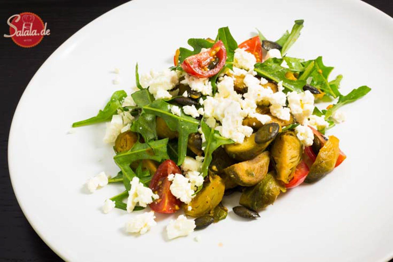 Gerösteter Rosenkohlsalat mit Feta und Rucola Rezept Low Carb Salat salala.de
