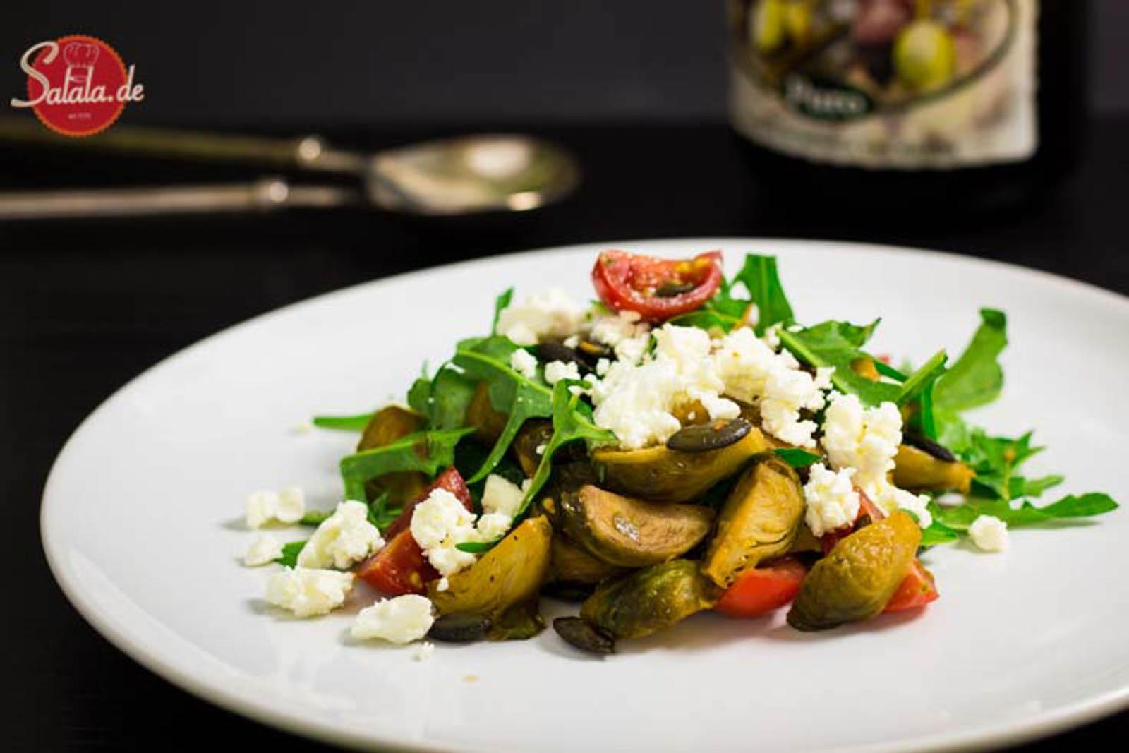 Gerösteter Rosenkohlsalat mit Feta und Rucola und Kürbiskernen Rezept Low Carb Salat salala.de