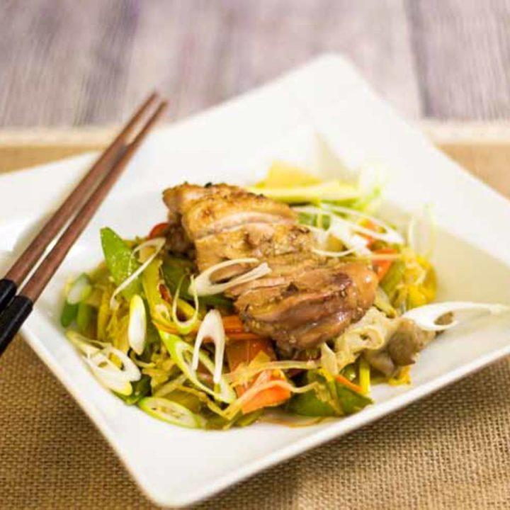 Chinapfanne mit knusprigem Hähnchen low carb by salala.de Hähnchen Paprika Lauch Möhren Sesam China Asiatisch Rezept