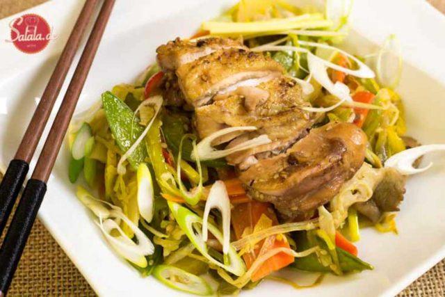 Chinapfanne mit knusprigem Hähnchen low carb - by salala.de - Hähnchen Paprika Lauch Möhren Sesam China Asiatisch Rezept selber machen