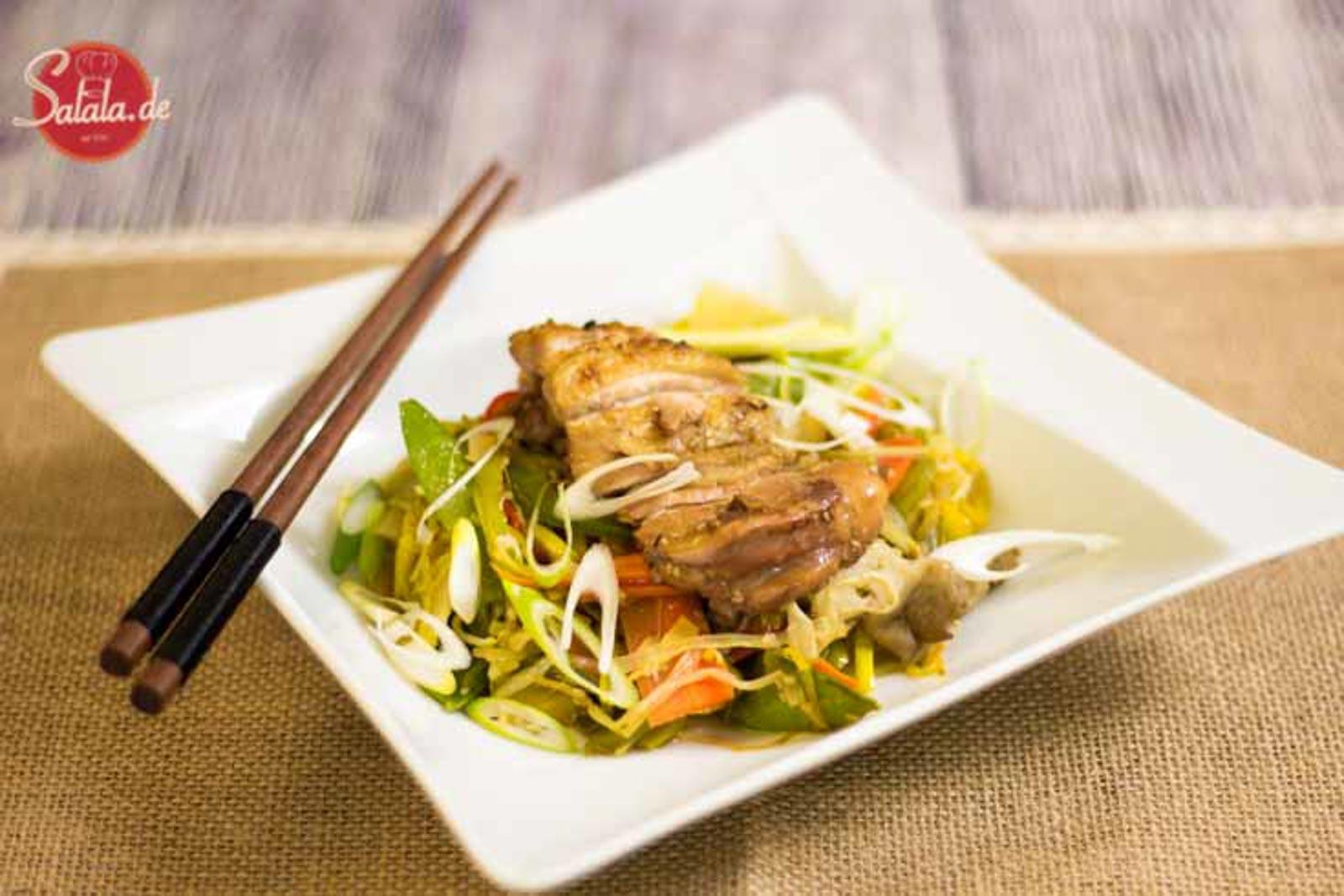 Chinapfanne mit knusprigem Hähnchen low carb - by salala.de - Hähnchen Paprika Lauch Möhren Sesam China Asiatisch Rezept