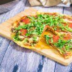 Keto-Pfannenpizza mit knusprigem Käseboden - by salala.de - mit Boden aus Mozzarella und Cheddar, Paprikasalami, Champignons und Ruccola - einfach in der Pfanne machen