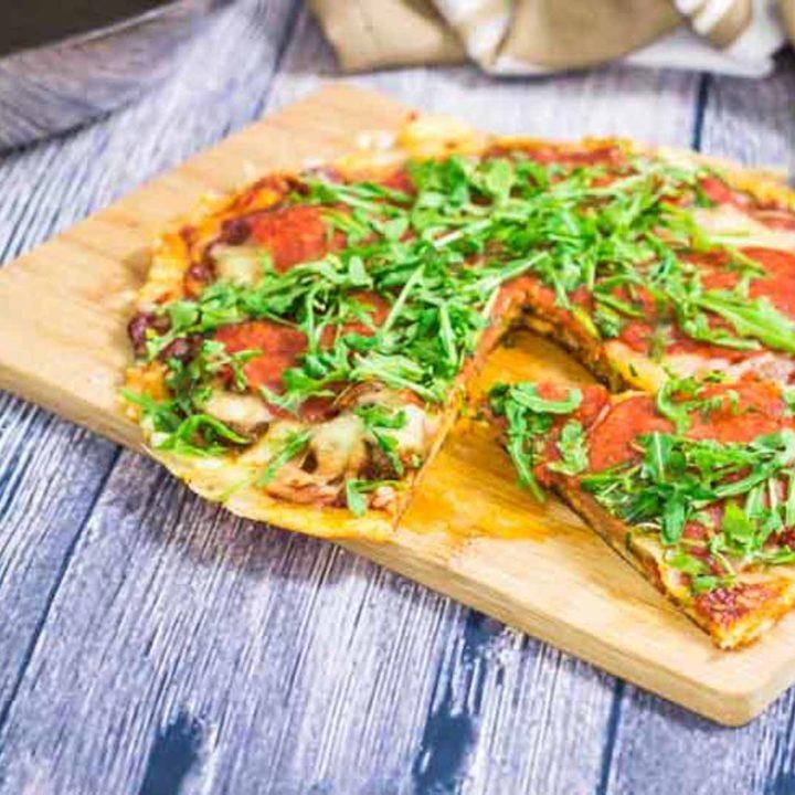 Keto Pfannenpizza mit knusprigem Käseboden by salala.de mit Boden aus Mozzarella und Cheddar Paprikasalami Champignons und Ruccola einfach in der Pfanne machen