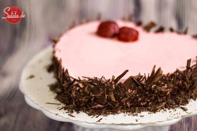 Sahniges Erdbeerherz zum Valentinstag - by salala.de - Low Carb Torte ohne Zucker ohne Mehl glutenfrei Sahne Erdbeeren Motivtorte