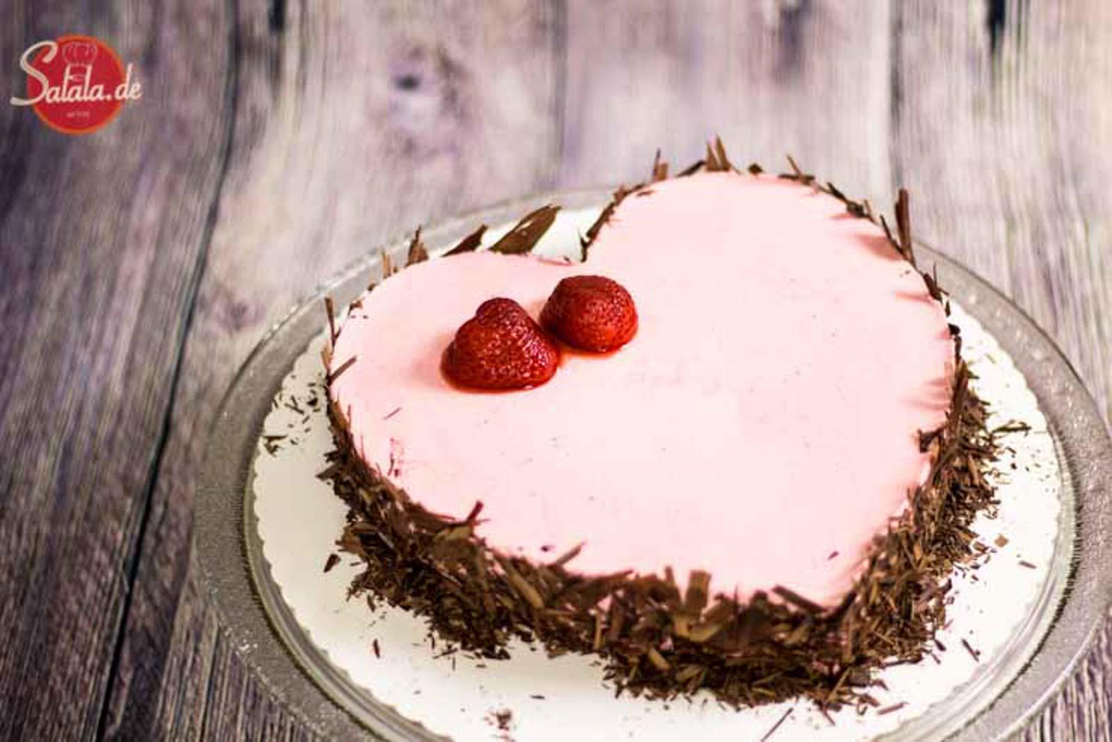 Sahniges Erdbeerherz zum Valentinstag - by salala.de - Low Carb Torte ohne Zucker ohne Mehl glutenfrei Sahne Erdbeeren Motivtorte zuckerfrei