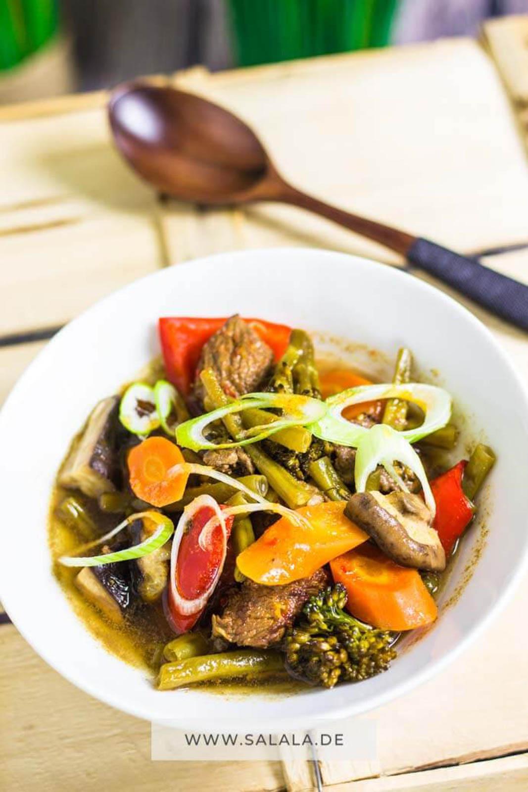 Für die letzten Tage der kalten Jahreszeit ist nochmal eine richtig herzhafte und wärmende Suppe genau richtig. Viel Gemüse und saftiges Rindfleisch. Und ein Touch Asien! Ein echtes, wärmendes Low Carb Rezept. #asiasuppe #rindersuppe #gemuesesuppe #lowcarbsuppe