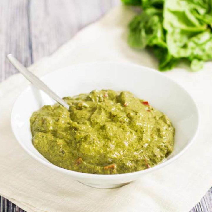 Rahmspinat selber machen Rezept Low Carb aus frischem Spinat mit Frischkäse und Paprikawürfeln perfekte Low Carb Beilage