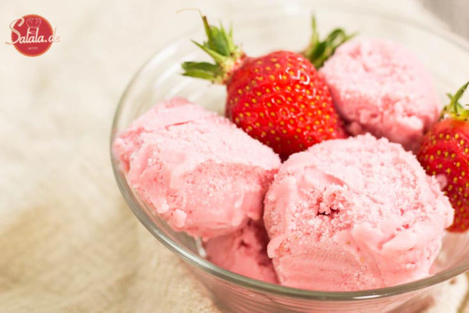 Erdbeereis selber machen ohne Zucker - by salala.de - Low Carb Rezept mit Eismaschine und mit echten Erdbeeren