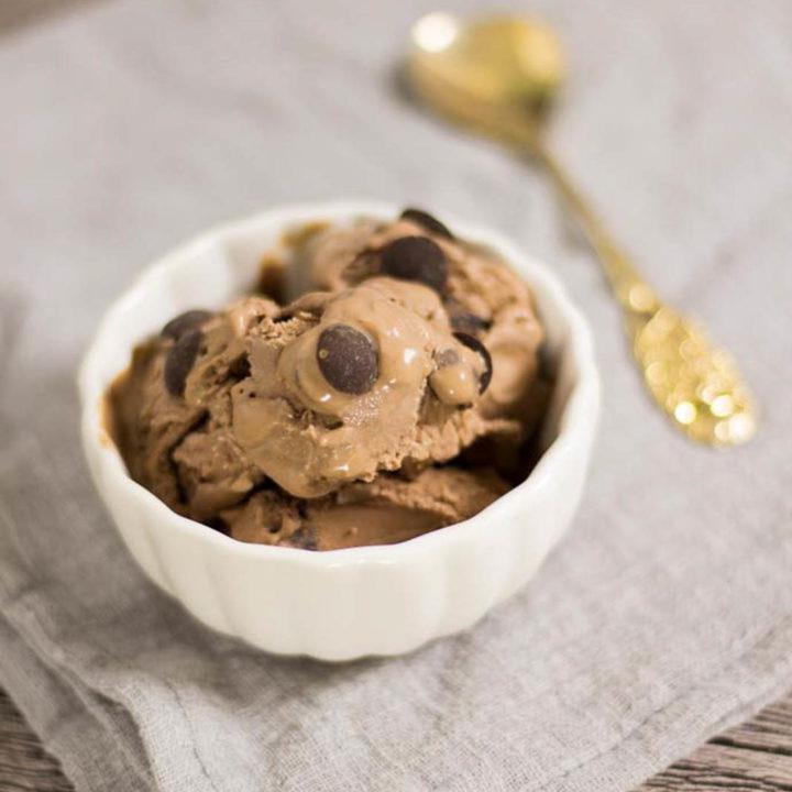 Chocolate Chip Eis by salala.de ohne Zucker Rezept mit Eismaschine Ibywind YF700 Low Carb mit Schokodrops 1