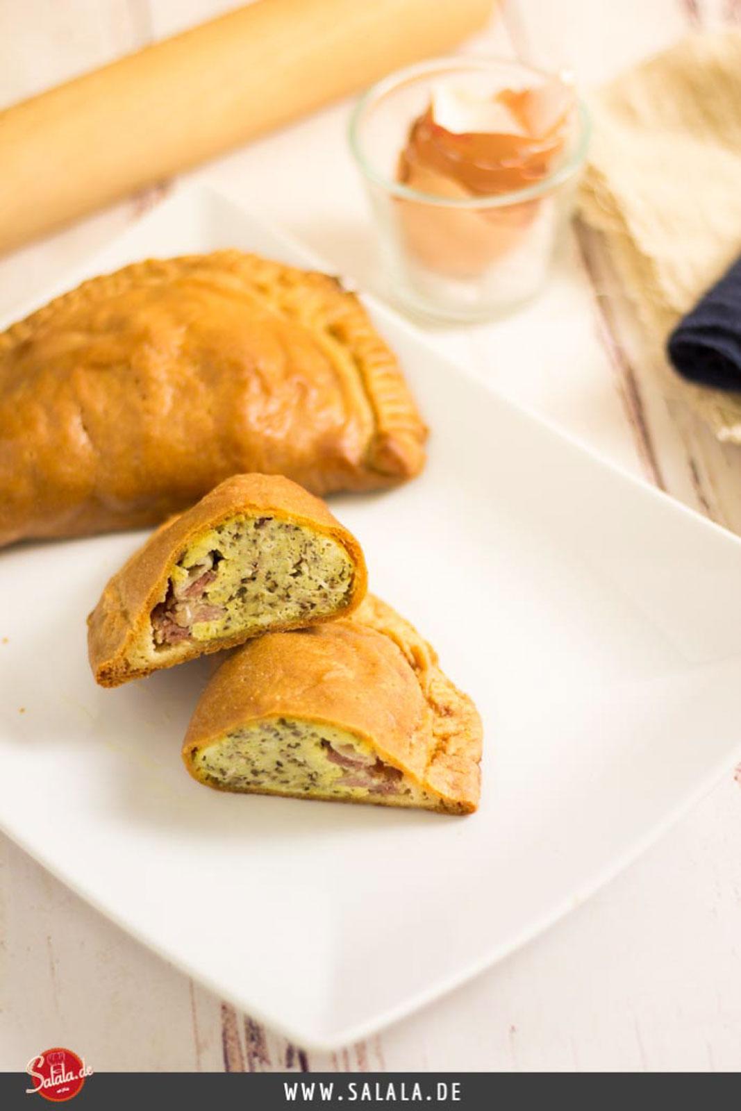 Heiße Keto Teigtaschen - by salala.de - ohne Mehl Low Carb Rezept mit Fathead Teig und Bacon zum Frühstück #lowcarb #keto #glutenfrei #breakfast