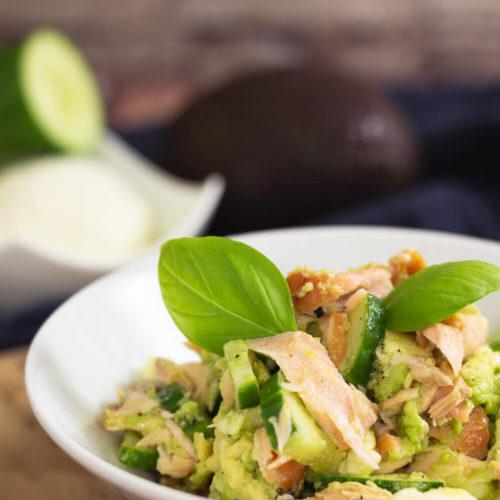 Avocado-Lachs Bowl - by salala.de - schnelles Keto Mittagessen Rezept mit Mozzarella und Gurke #keto #mittagessen #avocado #lowcarb #ketorezept