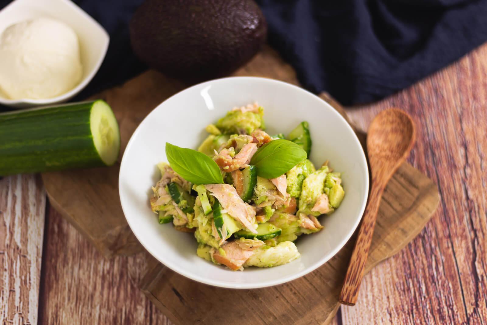 Avocado-Lachs Bowl - by salala.de - schnelles Keto Mittagessen Rezept mit Mozzarella #keto #mittagessen #avocado #lowcarb #ketorezept