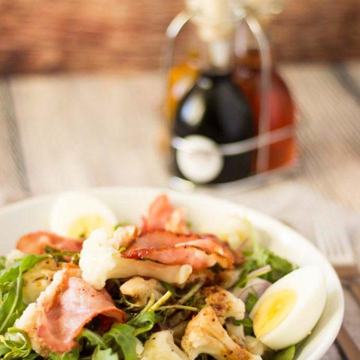 Low Carb Blumenkohl Salat by salala.de mit Rucola Bacon und Ei Rezept Low Carb Herbstrezept