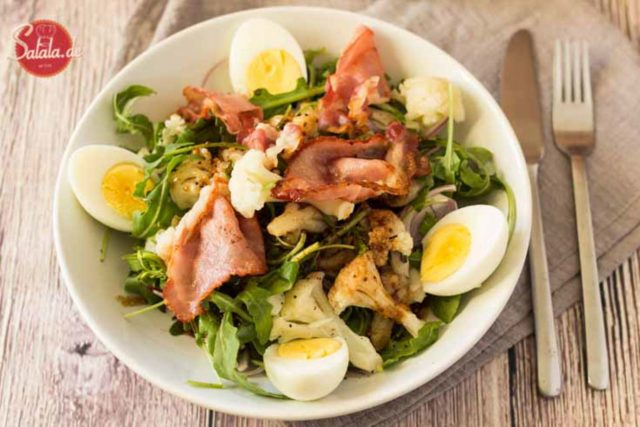 Low Carb Blumenkohl Salat - by salala.de - mit Rucola Bacon und Ei Rezept Low Carb mit Balsamico