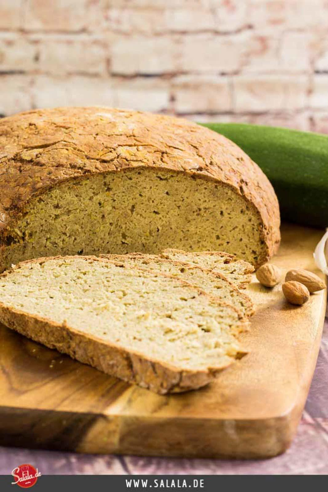 Low Carb Zucchinibrot Rezept - by salala.de - ohne Mehl, glutenfrei und 4g Ballaststoffe #glutenfrei #lowcarbbrot #zucchini #zucchinibrot #brotohnemehl #lowcarb #rezepte