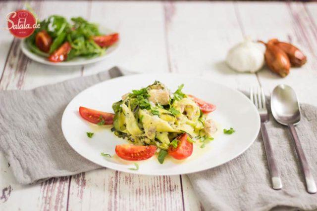 Zucchini Lachs Zudeln - by salala.de - Rezept mit Gemüsenudeln Low Carb Zucchininudeln mit Lachs-Sahnesauce #lachszucchinipfanne #gemüsenudeln #zucchninudeln #lowcarb #rezepte #lowcarbrezepte