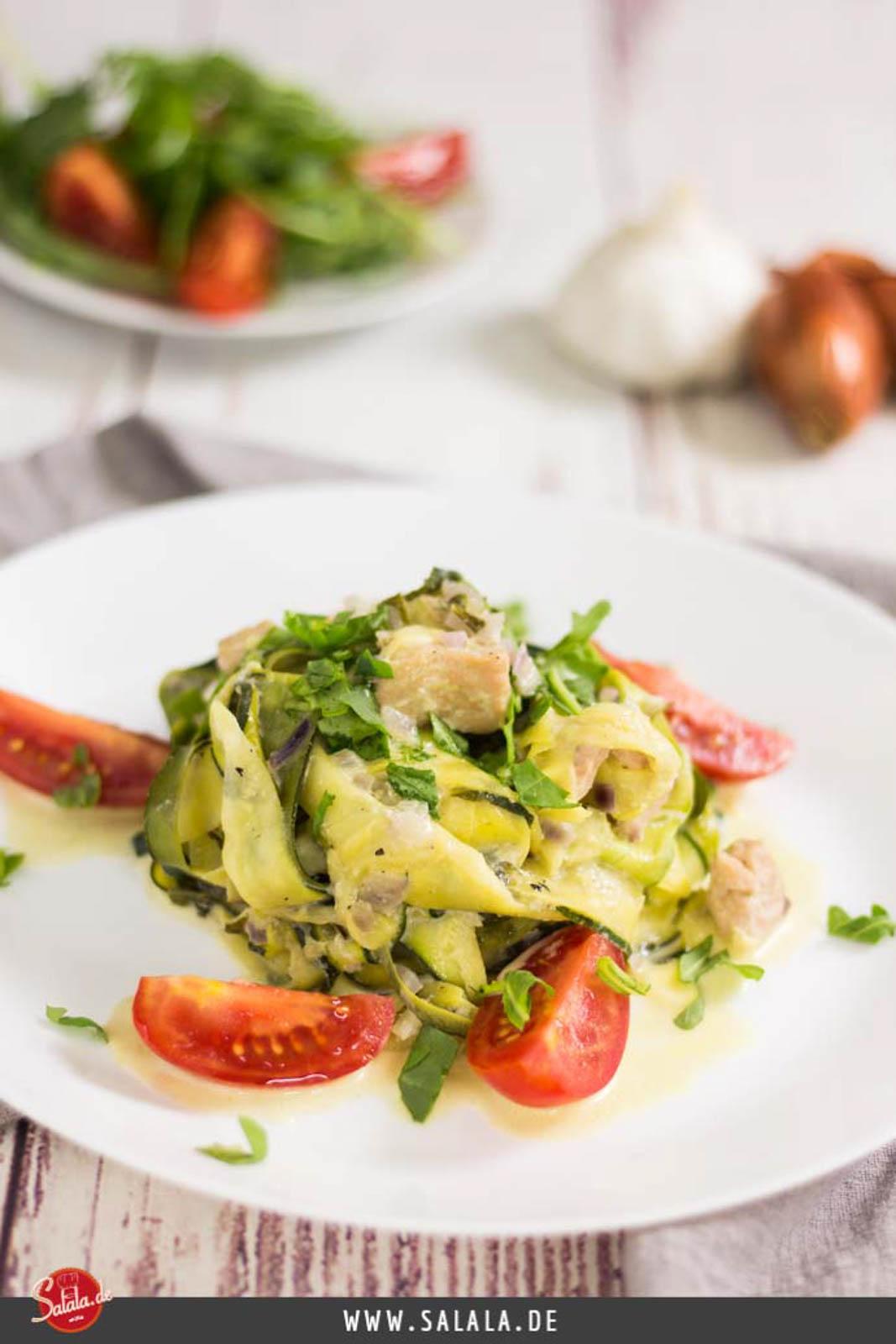 Zucchini Lachs Zudeln - by salala.de - Rezept mit Gemüsenudeln Low Carb Zucchininudeln mit Lachs #lachszucchinipfanne #gemüsenudeln #zucchninudeln #lowcarb #rezepte #lowcarbrezepte