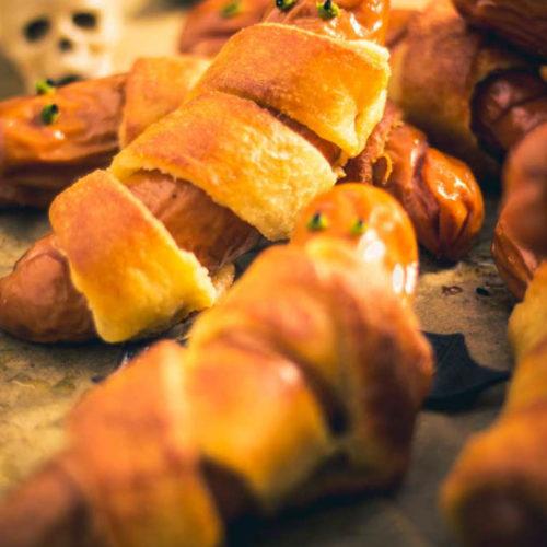 Mumien Würstchen - by salala.de - Rezept ohne Blätterteig für deine Halloween Party Low Carb und glutenfrei mit Fat Head Teig #lowcarb #lowcarbrezepte #halloween #würstchen #halloweenrezepte #fathead #mumienwürstchen #glutenfrei