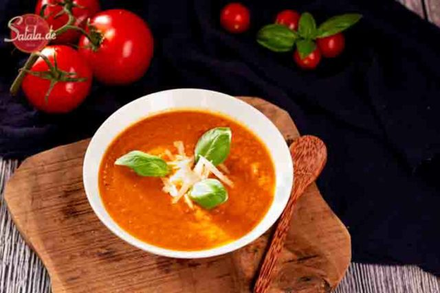 Tomatensuppe mit Kurkuma - by salala.de - Rezept ohne Mehl Low Carb #lowcarb #lowcarbrezepte #suppe #tomaten #pesto #basilikum