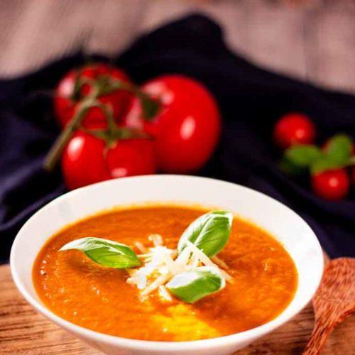 Tomatensuppe mit Kurkuma - by salala.de - Rezept ohne Mehl Low Carb mit Basilikumpesto #lowcarb #lowcarbrezepte #suppe #tomaten #pesto #basilikum