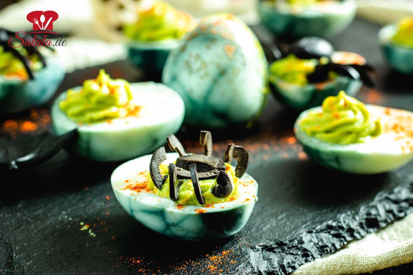 Du suchst gruseliges Fingerfood für deine Low Carb Halloween Party? Dann probier diese Spinneneier aus. Gefüllte Eier mit Wasabi und Oliven als Spinnen. Creepy oder? Das Rezept für die Eier ist ein Muss, wenn du gerade die nächste Party planst. #HalloweenRezepte #HalloweenSnacks #GefuellteEierLowCarb #LowCarbHalloweenPartyFood
