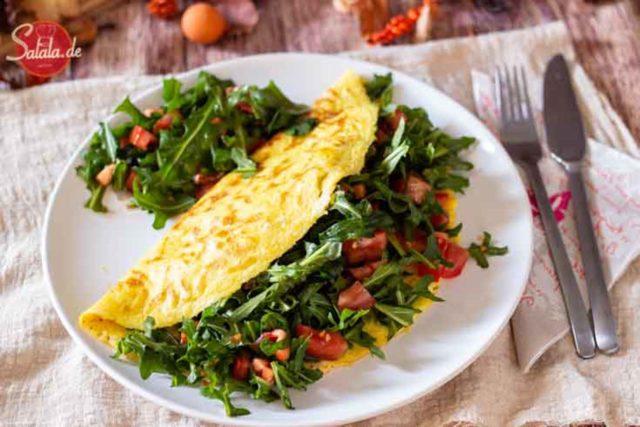 Omelette mit Rucola und Tomate - by salala.de - Rezept ohne Mehl Low Carb Frühstück #omelette #lowcarb #lowcarbrezepte #rezepte #rezeptemitei #frühstück #lowcarbfrühstück