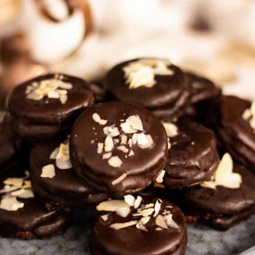 Ischler Törtchen mit Schokoladen-Buttercreme - by salala.de - ohne Zucker und ohne Mehl I Low Carb Plätzchen Rezept mit Erdbeermarmelade