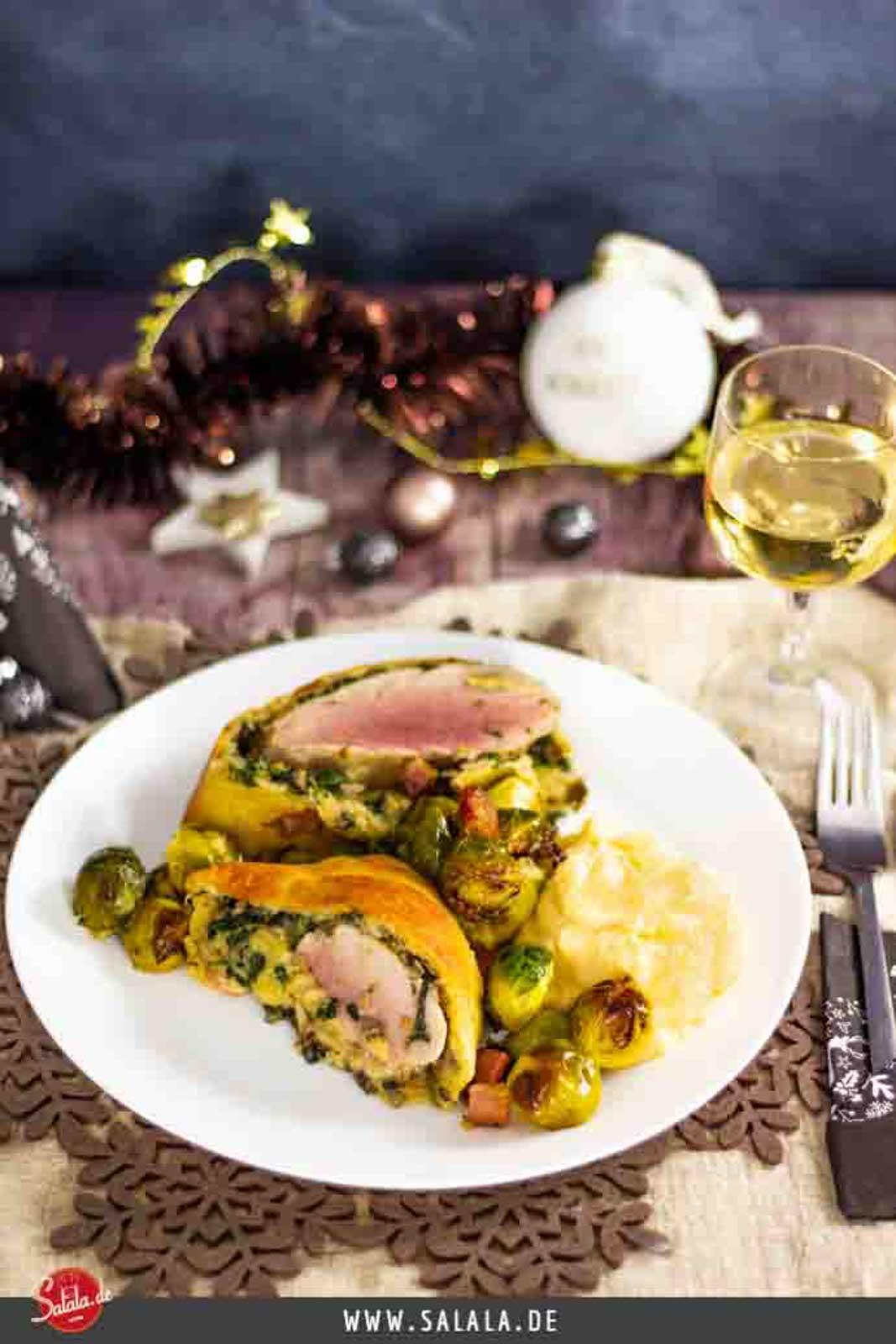 Schweinefilet im Fat Head Mantel - by salala.de - Low Carb Alternative zu Schweinefilet im Blätterteig I Weihnachtsmenü mit Rosenkohl und Püree