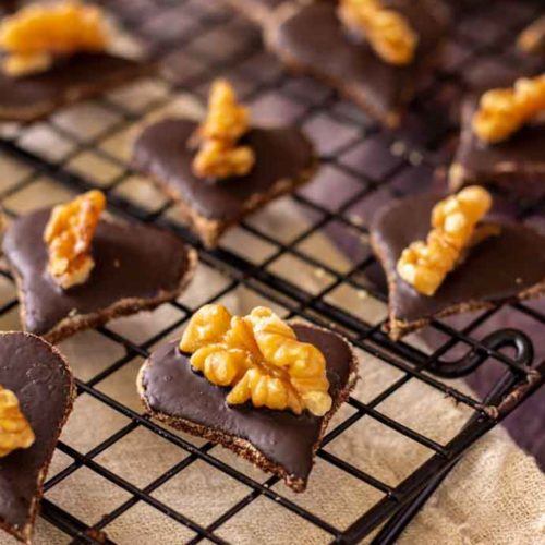Walnuss-Schokoladen-Herzen - by salala.de - Weihnachtsplätzchen ohne Mehl und Zucker I Low Carb Rezept ohne Zucker #plätzchen #walnussplätzchen #kokosmehl #lowcarbrezepte #lowcarbbacken #backen #weihnachtsplätzchen #glutenfrei #ohnezucker #backenohnezucker
