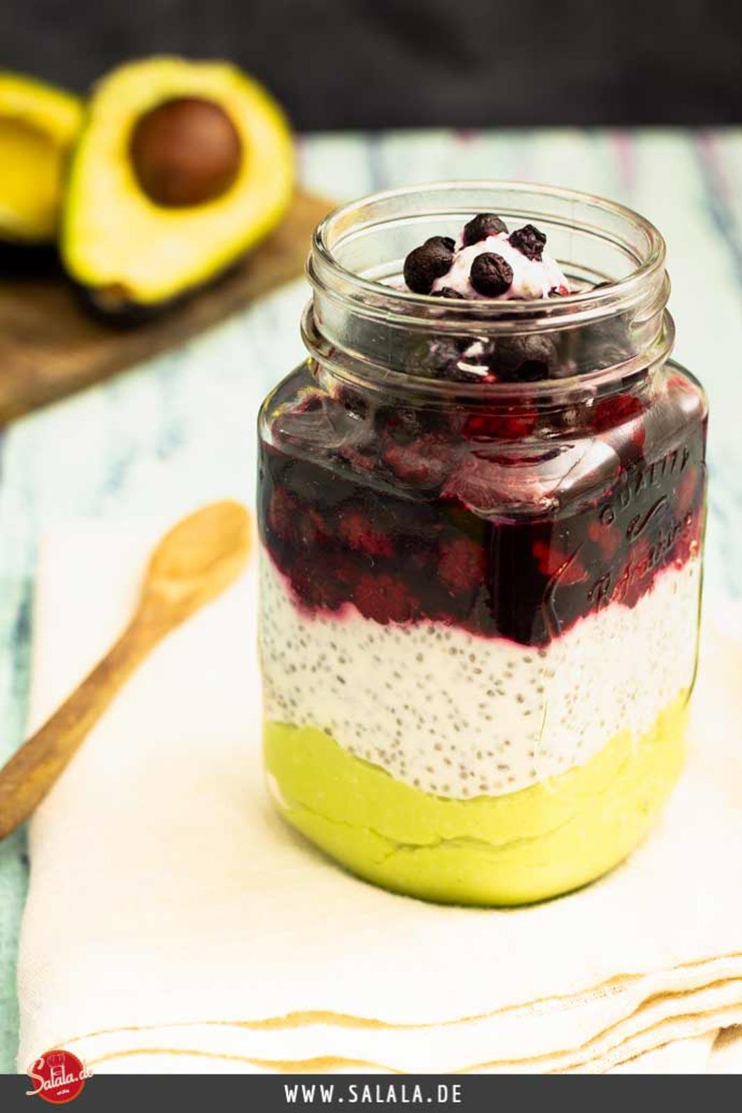 Avocado-Chia-Beeren-Joghurt zum Frühstück I by salala.de I Low Carb Rezept als Nachspeise