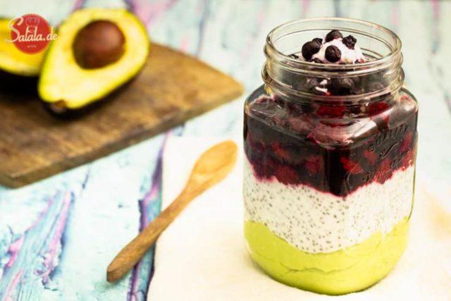 Avocado-Chia-Beeren-Joghurt zum Frühstück I by salala.de I Low Carb Rezept zum mitnehmen