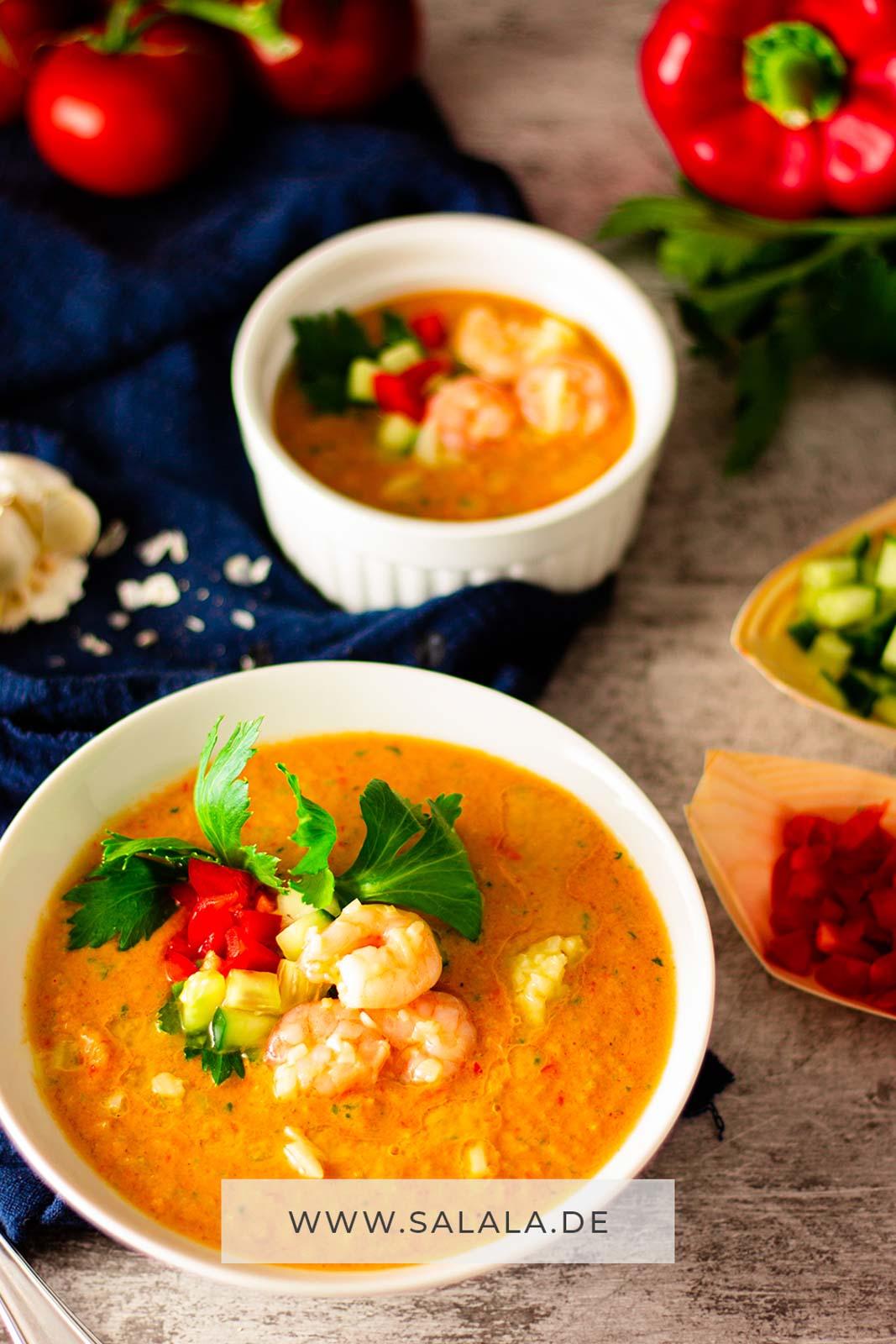 Bei den Temperaturen da draußen bleibt der Herd auch in der Low Carb Küche kalt. Deswegen machen wir Gazpacho, oder wie die Portugiesen sagen: Gaspacho. Bei uns heißt das einfach nur kalte Tomatensuppe. Aber egal wie du das Rezept nennst, wir finden das Ergebnis super lecker und perfekt für die sommerliche Low Cab Küche. #Gazpacho #Gaspacho #Tomatensuppe #kalteSuppe #kalteGemüsesuppe #kalteTomatensuppe #LowCarbRezepte #LowCab #Sommerrezepte