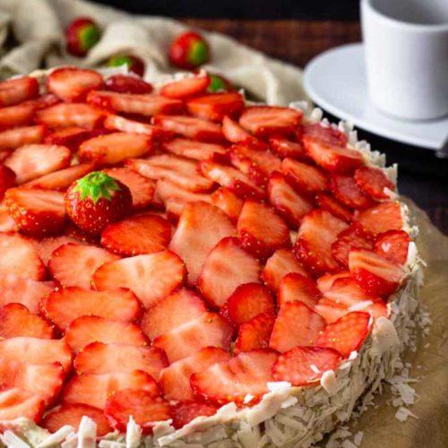 Im Sommer ist eine fruchtige No Bake Torte immer passend. Und jetzt im Juli eine No Bake Torte mit Erdbeeren und einer leckere Espresso-Mascarpone-Sahne Creme. So kann die nächste Gartenparty kommen. Perfekt fruchtig und noch dazu ohne Zucker und ohne Mehl. Eben schön Low Carb. #nobaketorte #kuehlschranktorte #lowcarbtorte #lowcarb #lowcarbbacken #lowcarbrezepte