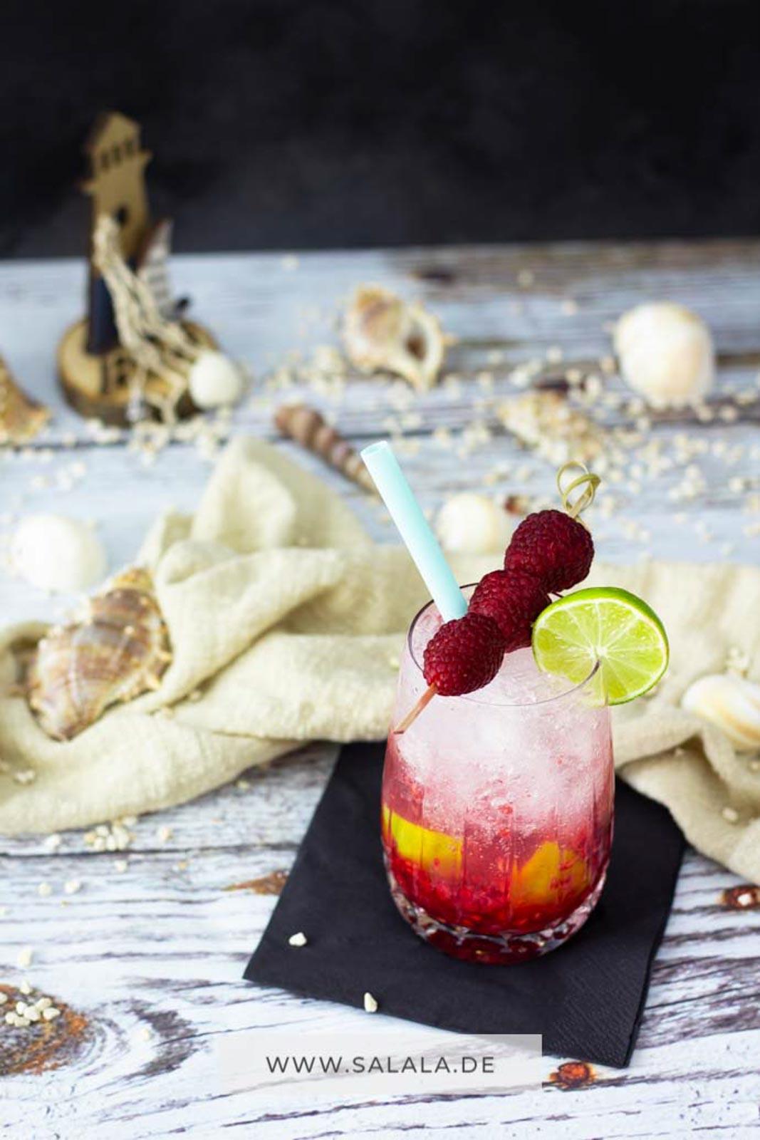 Sommer, Sonne, Strand, Cocktails. Klingt nach Urlaub. Und weißt du was? Das gibt's jetzt auch zuckerfrei. Genau, zuckerfreie Cocktails. Also total Low Carb und zum Teil auch Keto. Wie wär's denn mit einem leckeren Raspberry Kiss? Also Himbeere mit Limette und crushed ice. Total lecker. Das musst du nachmachen. #cocktail #lowcarb #lowcarbgetränke #zuckerfrei #zuckerfreiecocktails #lowcarbcocktail