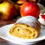 Apfelstrudel weckt Kindheitserinnerungen. Da wir bei Low Carb aber Äpfel selten essen und Strudelteig mit Mehl sowieso nicht, war der Low Carb Apfelstrudel schon eine kleine Herausforderung. Aber das Rezept für den Low Carb Strudelteig ist gelungen. Ganz ohne Quark. Der schmeckt fast so gut wie das Original - aber nur, weil Oma den besten Apfelstrudel der Welt gemacht hat. #Apfelstrudel #lowcarbapfelstrudel #apfelstrudelohnezucker #apfelstrudelohnemehl #glutenfrei #strudelteigohnemehl