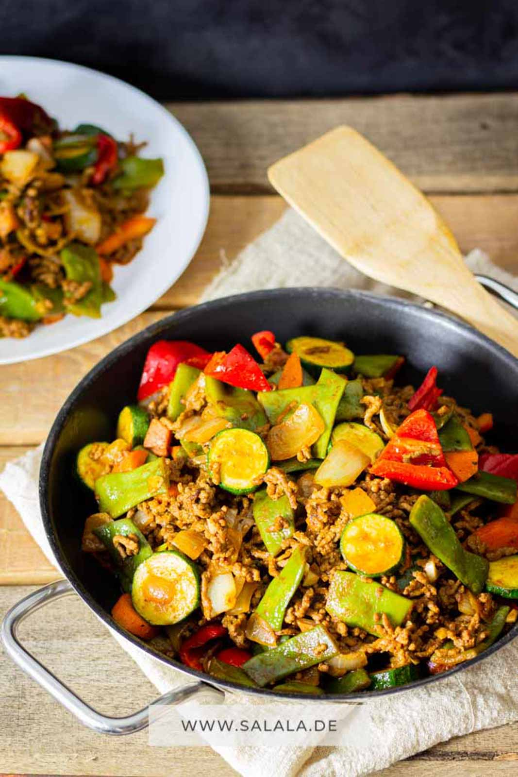 Die einfachsten Gerichte sind doch immer die Besten. Was hältst du denn von einer leckeren Hackfleischpfanne mit buntem Gemüse? Klingt gut? Ist auch total Low Carb und das Rezept nicht schwer zum nachkochen. #lowcarbrezepte #hackfleischpfanne #lowcarbkochen #gemüsepfanne #zucchinipfanne #rezeptemithackfleisch #lowcarbrezeptemithackfleisch