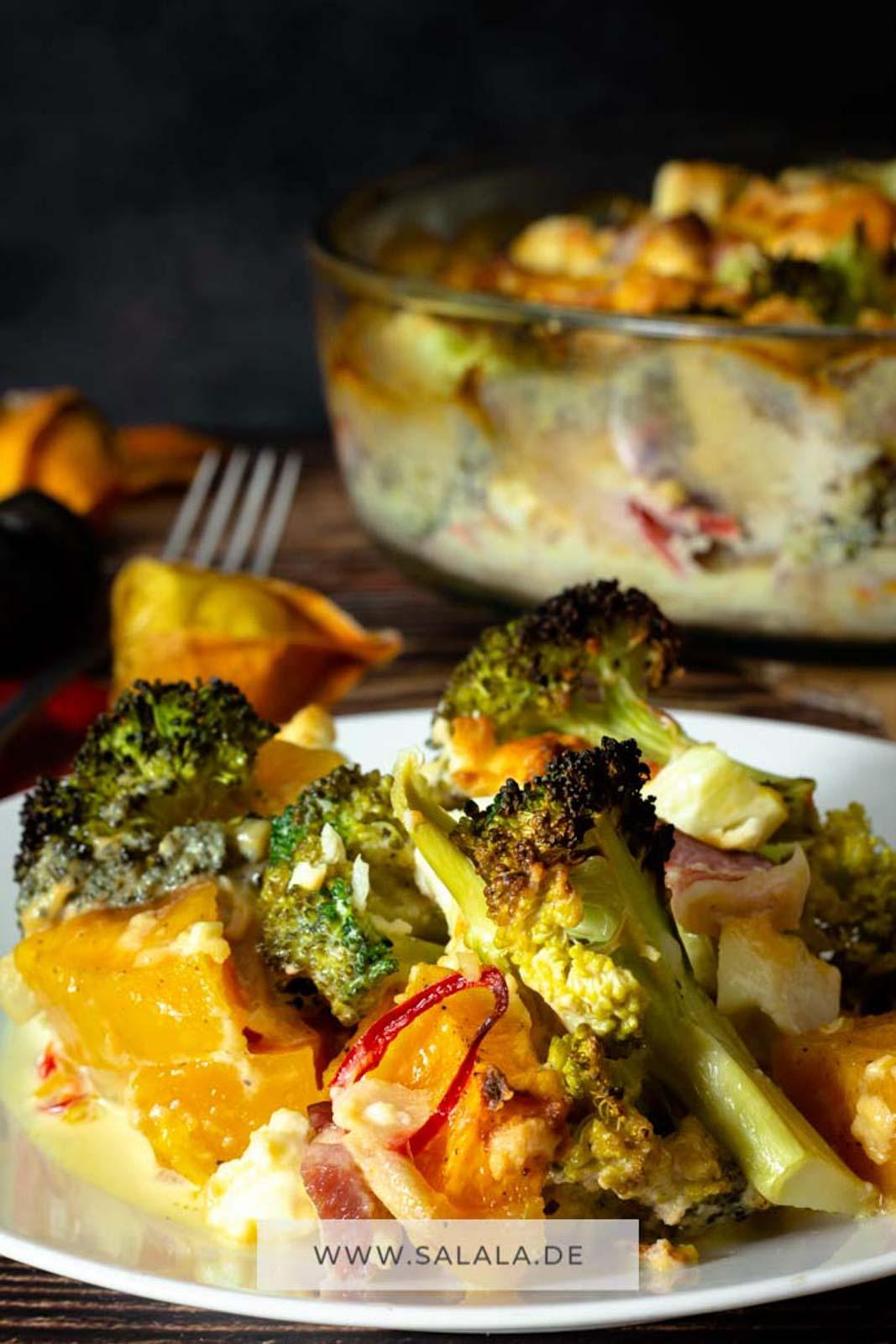 Kürbis passt perfekt in den Herbst. Und weil du Brokkoli und auch Feta magst haben wir die 3 Sachen in eine Auflaufform geworfen und einen Kürbis-Brokkoli-Feta-Auflauf gemacht. Im Rezept selber ist auch noch ein wenig Sahne und Chili, natürlich wie immer total Low Carb :). #BrokkoliAulauf #Kuerbisauflauf #LowCarbAuflauf #AuflaufmitFeta #RezeptemitBrokkoli #LowCarbRezepte