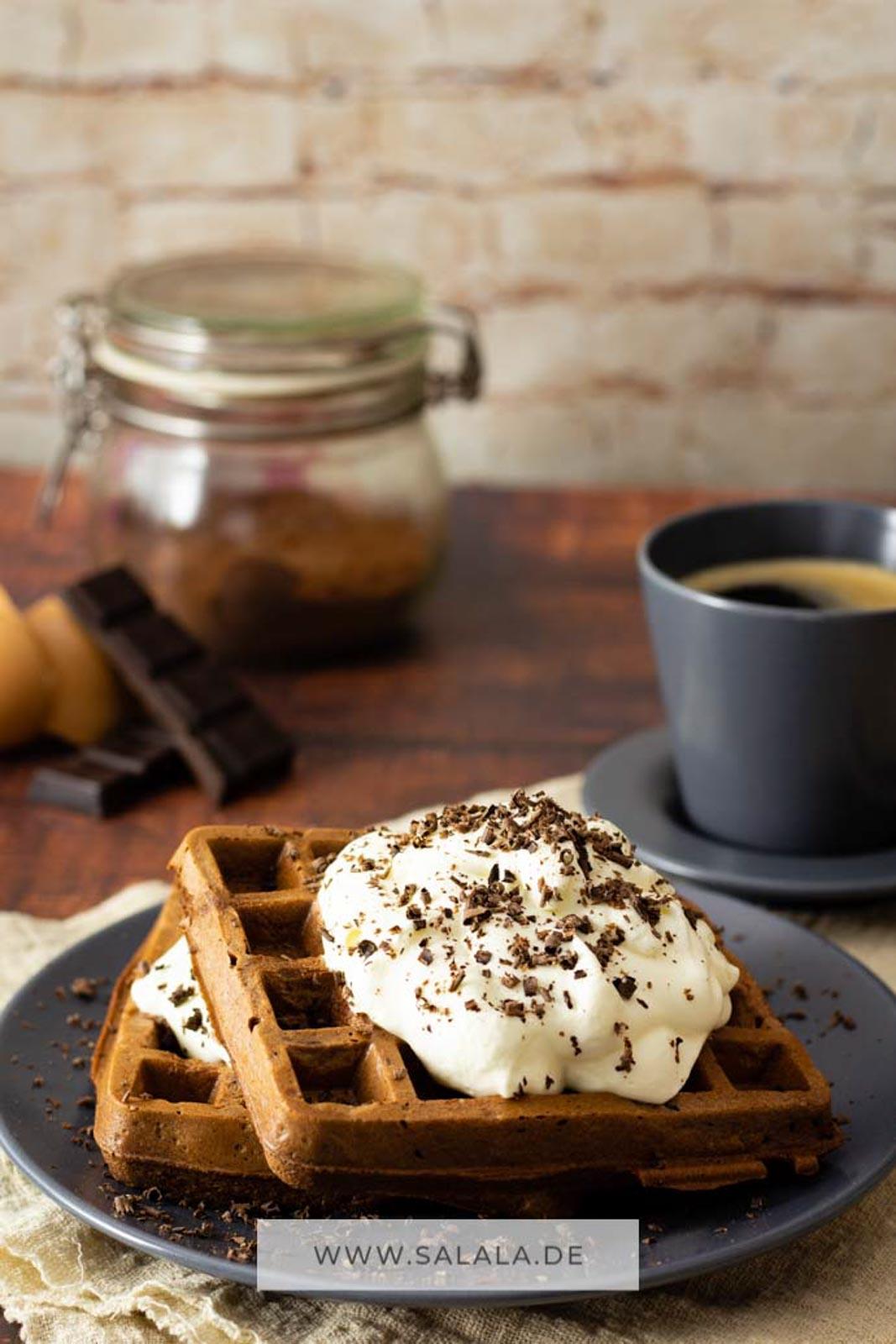 Chaffle geht nicht nur in herzhaft. Die Keto Käsewaffel kannst du auch in süß und mit Schokolade machen. Schoko Chaffle. Voll lecker und mit Sahne dann auch noch extrem sättigend. Du brauchst ein Rezept? Bitteschön, kannste haben :). #chaffle #chafflerezept #kaesewaffel #ketowaffel #lowcarbwaffel #waffelohnemehl #suessewaffel