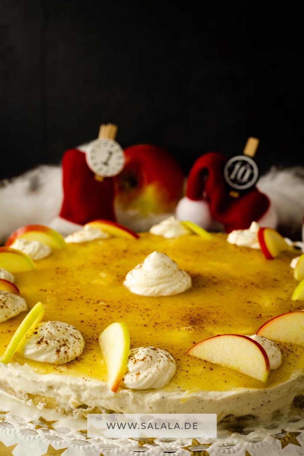 Kühlschranktorte im Advent klingt komisch, ist aber ziemlich lecker. Vor allem, wenn es ein Apfel-Zimt Käsekuchen ist. Perfekt für die Weihnachtsfeier und mit wenig Kohlenhydraten. Ein weihnachtlicher Kühlschrank Low Carb Traum. #Kuehlschranktorte #Adventstorte #LowCarbKaeskuchen #LowCarbApfelkuchen #LowCarbWeihnachtstorte #LowCarbWeihnachten